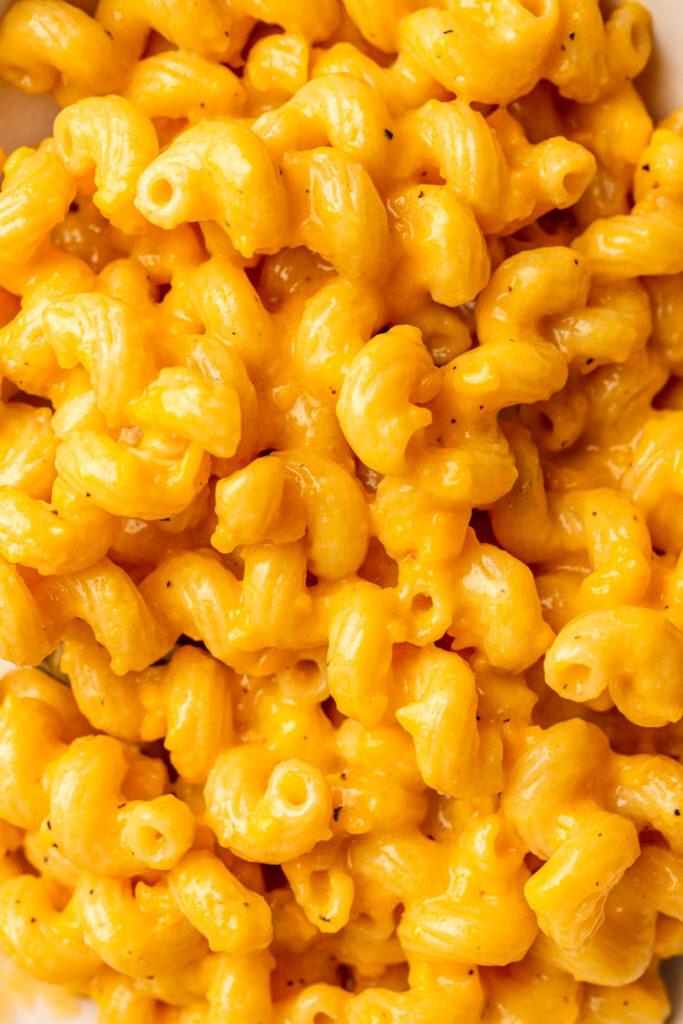 one-pot vegan mac and cheese close up macro